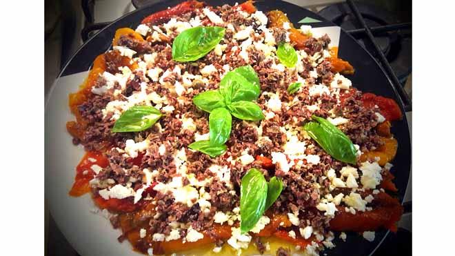 Peperoni Saporiti con capperi olive e feta, un antipasto diverso dai classici peperoni al forno