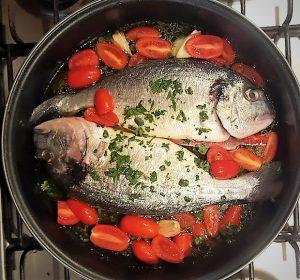Mettere le orate pulite in un tegame con i bordi alti e aggiungere tutti gli ingredienti