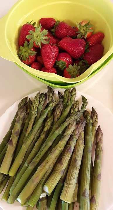Insalata di asparagi e fragole, su un carpaccio di spinaci e insalata