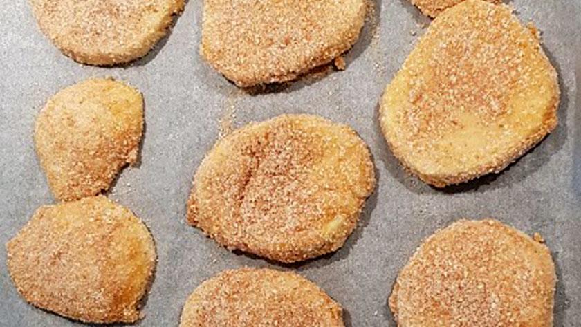 Passate le fette di mozzarella nel pangrattato ricoprendole bene