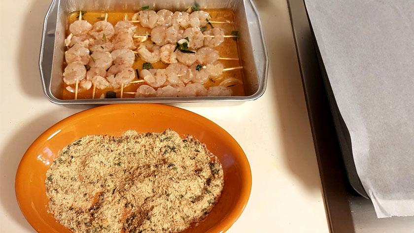 Spiedini di gamberi aromatizzati all'arancia, marinati, impanati e cotti al forno