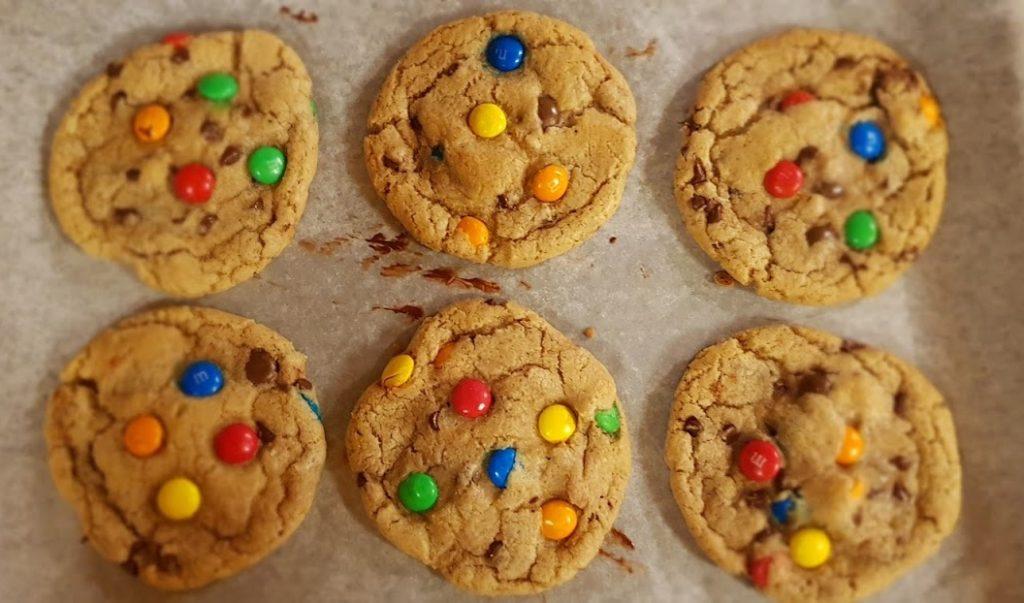 M&M's Cookies ricetta biscotti con smarties senza uova, ricette veloci dolci da fare con i bambini