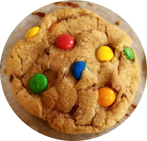 Farina, zucchero, scaglie di cioccolato e M&M's al cioccolato o Smarties, ecco gli ingredienti per preparare la ricetta dei biscotti con smarties senza uova