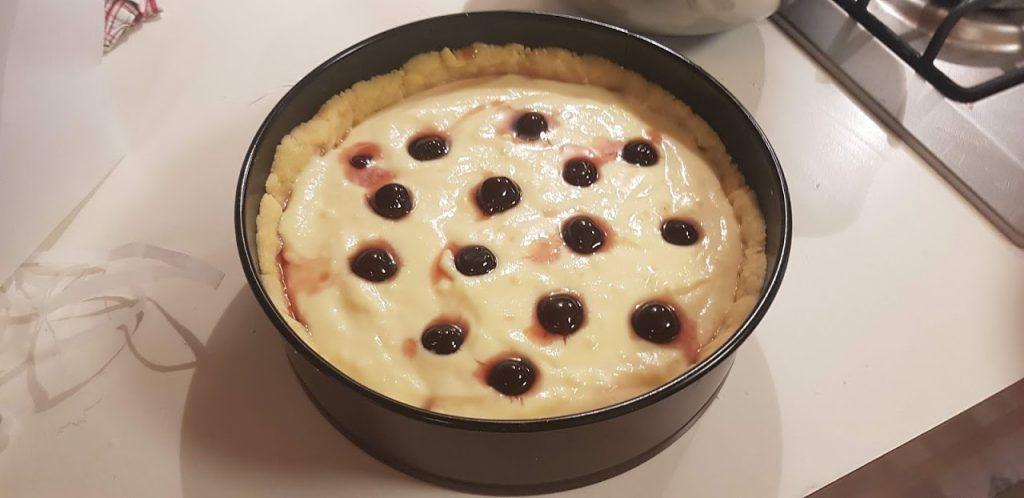 Torta Sbriciolata alla crema, uno strato di crema pasticcera e di amarene.